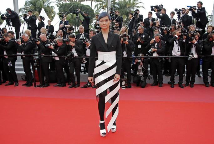 Những bộ đầm lạ mắt trên thảm đỏ Cannes - Ảnh 10.