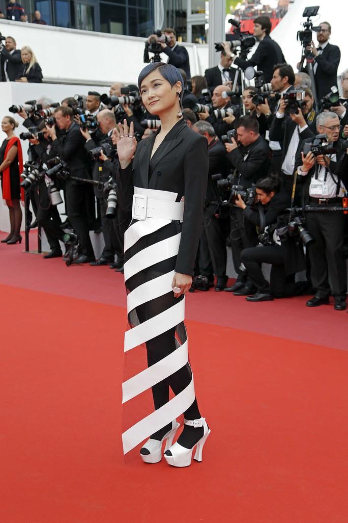 Những bộ đầm lạ mắt trên thảm đỏ Cannes - Ảnh 11.