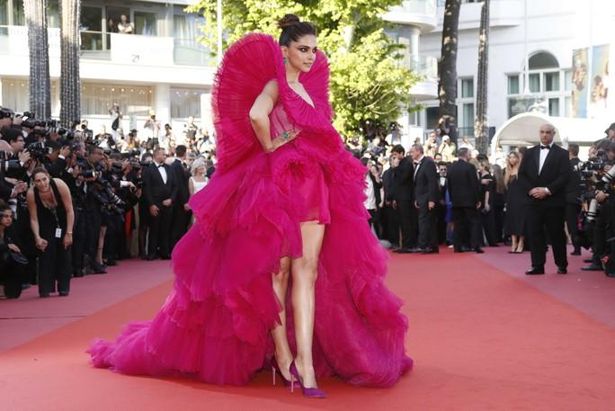 Những bộ đầm lạ mắt trên thảm đỏ Cannes - Ảnh 16.