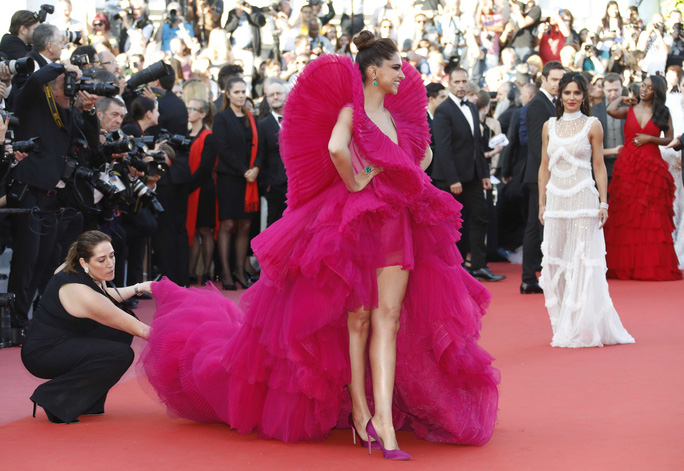 Những bộ đầm lạ mắt trên thảm đỏ Cannes - Ảnh 15.