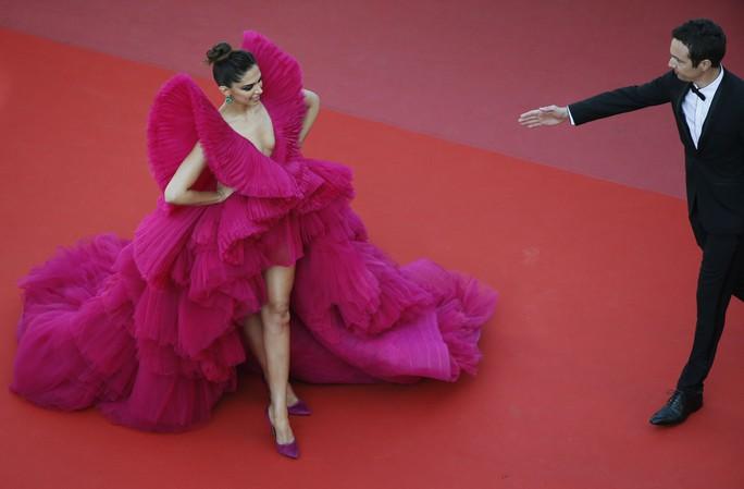 Những bộ đầm lạ mắt trên thảm đỏ Cannes - Ảnh 14.