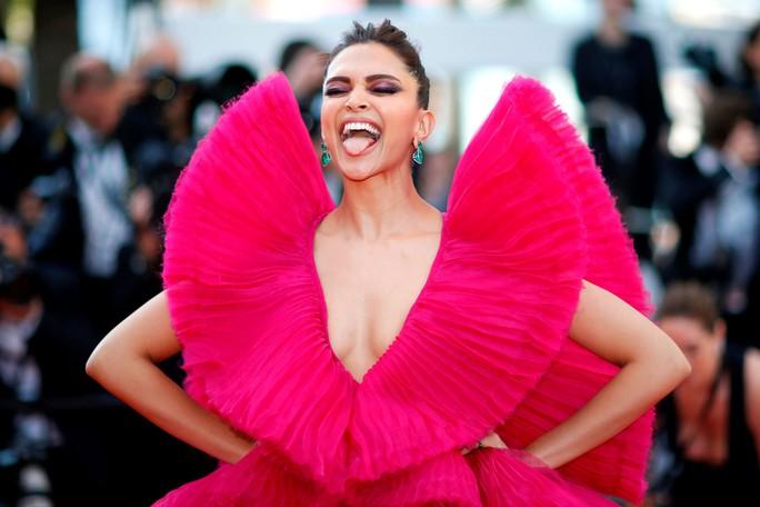 Những bộ đầm lạ mắt trên thảm đỏ Cannes - Ảnh 13.