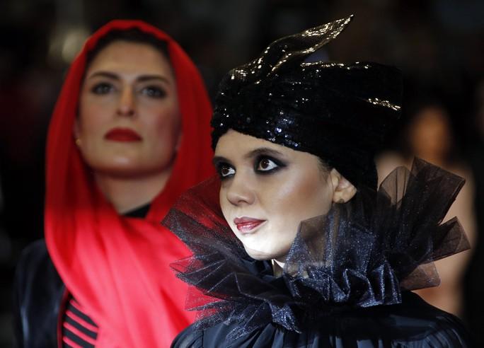 Những bộ đầm lạ mắt trên thảm đỏ Cannes - Ảnh 9.