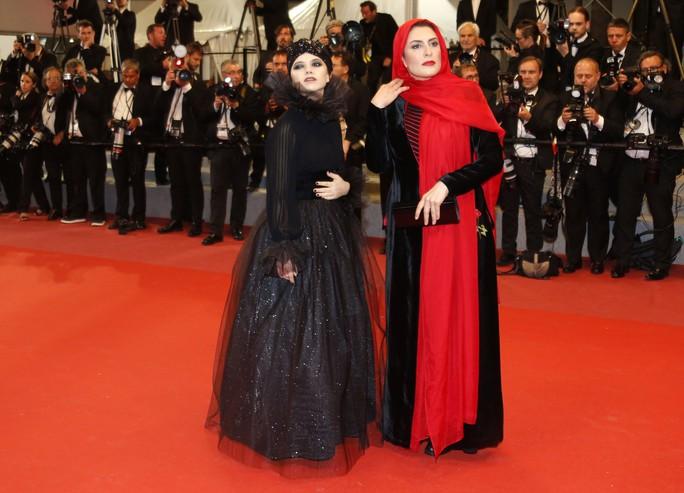 Những bộ đầm lạ mắt trên thảm đỏ Cannes - Ảnh 7.