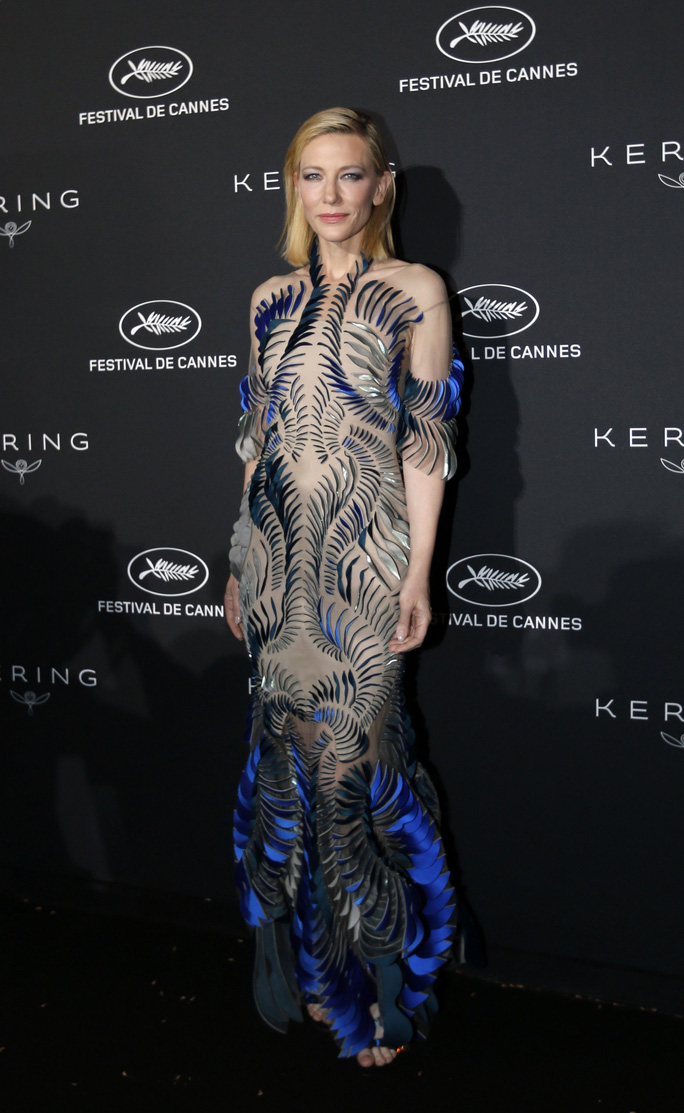 Những bộ đầm lạ mắt trên thảm đỏ Cannes - Ảnh 22.