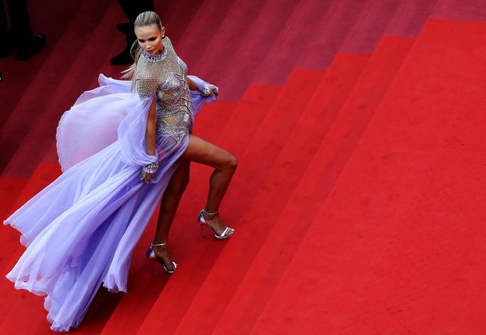 Những bộ đầm lạ mắt trên thảm đỏ Cannes - Ảnh 20.