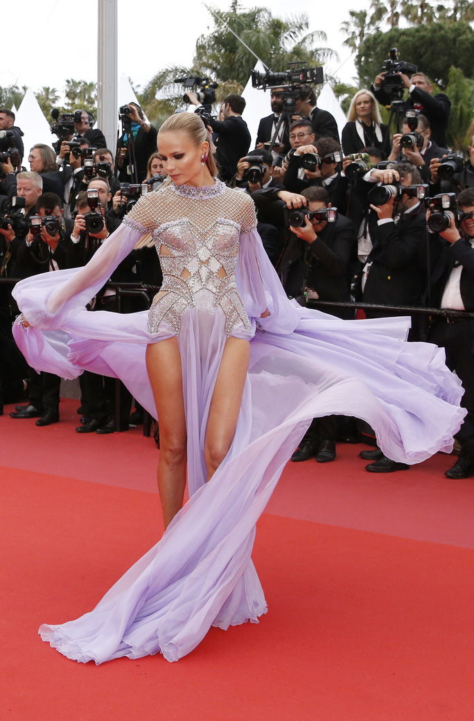 Những bộ đầm lạ mắt trên thảm đỏ Cannes - Ảnh 19.