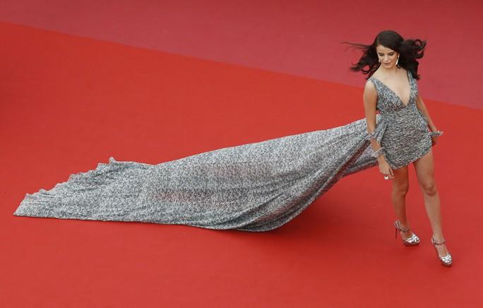 Những bộ đầm lạ mắt trên thảm đỏ Cannes - Ảnh 12.