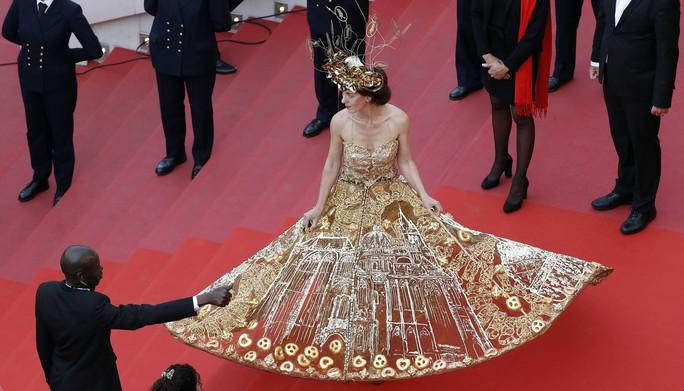 Những bộ đầm lạ mắt trên thảm đỏ Cannes - Ảnh 3.