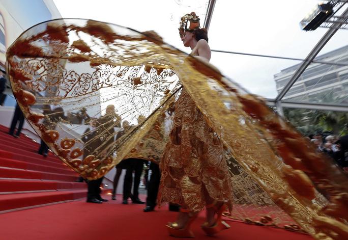 Những bộ đầm lạ mắt trên thảm đỏ Cannes - Ảnh 2.