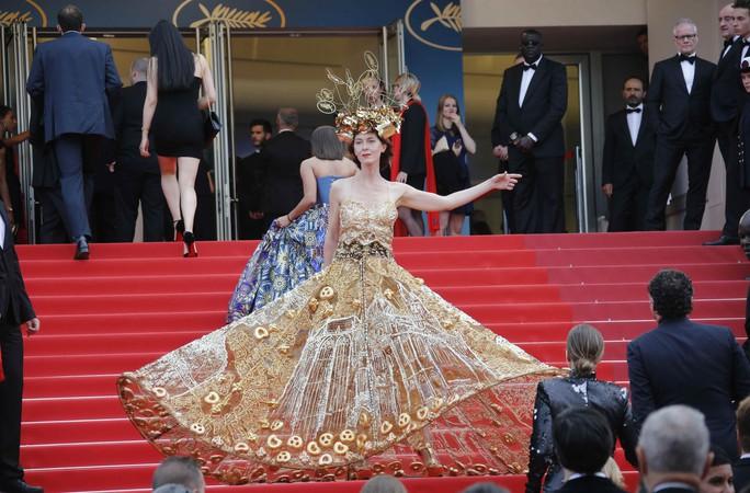 Những bộ đầm lạ mắt trên thảm đỏ Cannes - Ảnh 4.