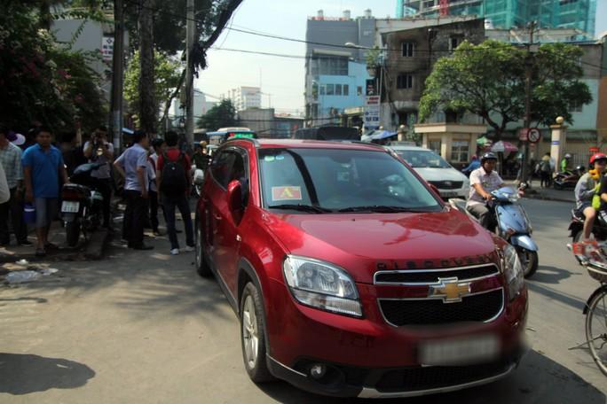 Xưng là xe của Bộ Công an đậu lì trước cổng Bệnh viện Từ Dũ - Ảnh 3.