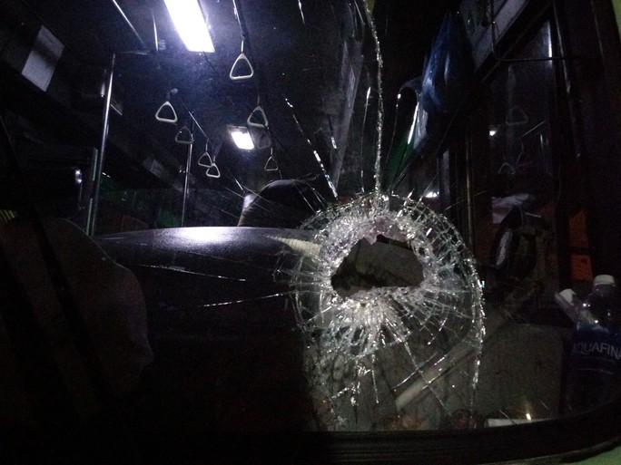 Đá từ khu nhà ma vụt lên xe buýt, hành khách hoảng hồn - Ảnh 2.