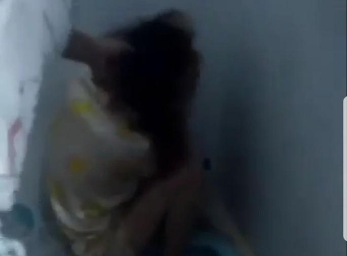 Cô gái lột áo tình địch khi đánh ghen ra trình diện - Ảnh 1.