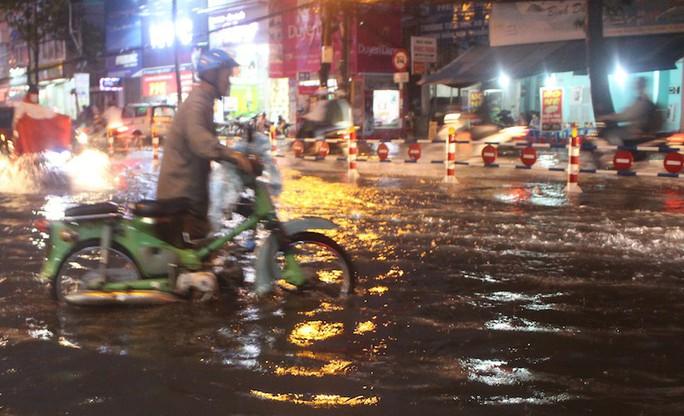 Mưa gần 2 giờ, nhiều tuyến đường ở TP HCM, Cần Thơ ngập sâu - Ảnh 9.