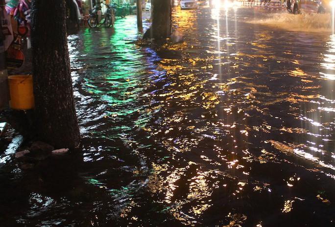 Mưa gần 2 giờ, nhiều tuyến đường ở TP HCM, Cần Thơ ngập sâu - Ảnh 7.