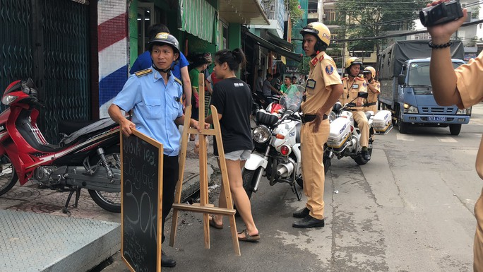 Tái khởi động chiến dịch dẹp vỉa hè ở trung tâm TP HCM - Ảnh 7.