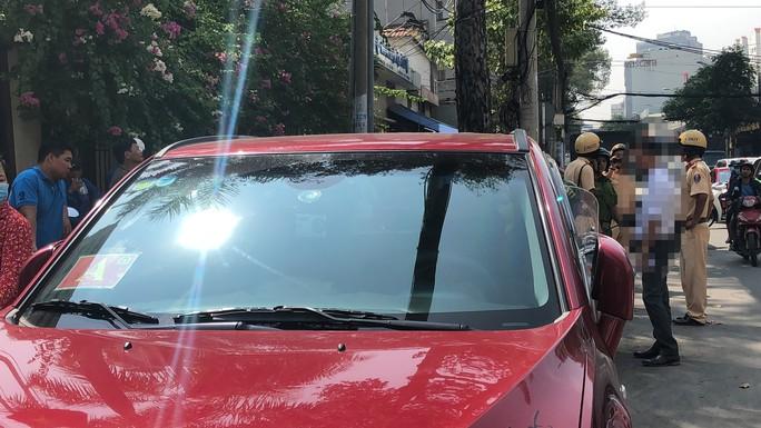 Xưng là xe của Bộ Công an đậu lì trước cổng Bệnh viện Từ Dũ - Ảnh 4.