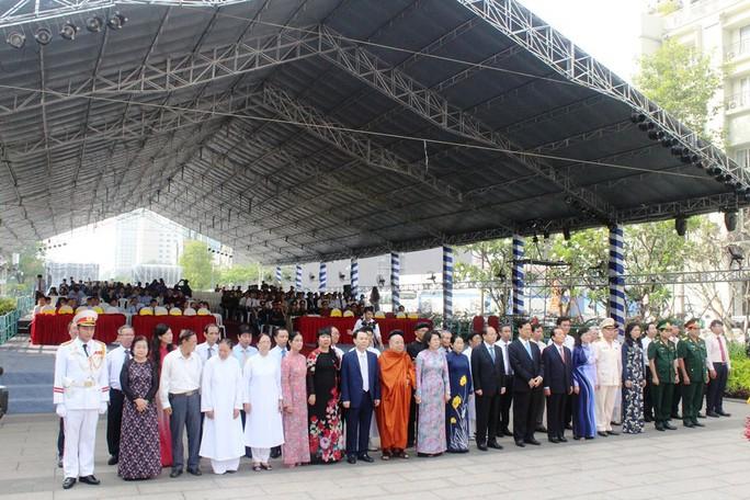 Nguyên Thủ tướng Nguyễn Tấn Dũng dâng hương Chủ tịch Hồ Chí Minh - Ảnh 1.