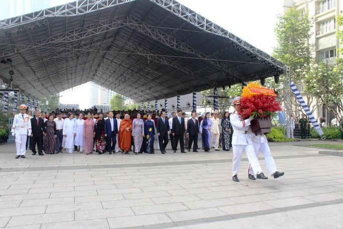 Nguyên Thủ tướng Nguyễn Tấn Dũng dâng hương Chủ tịch Hồ Chí Minh - Ảnh 2.