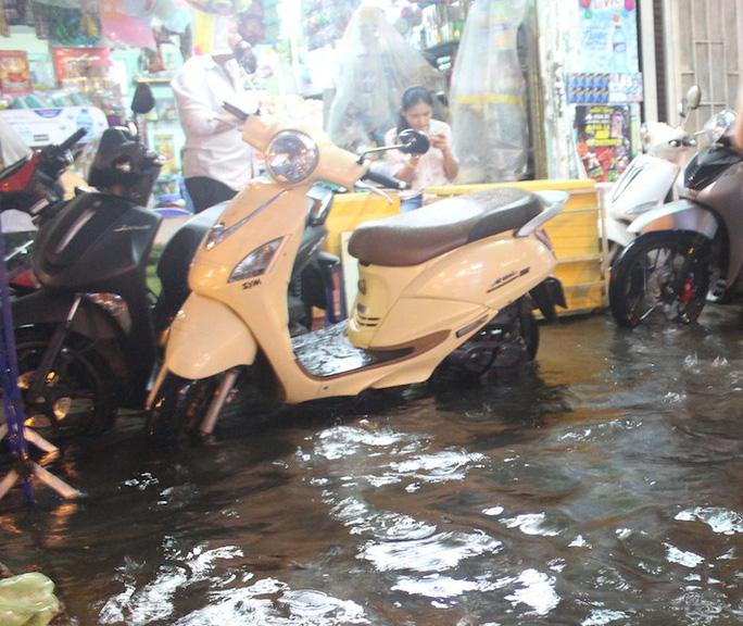 Mưa gần 2 giờ, nhiều tuyến đường ở TP HCM, Cần Thơ ngập sâu - Ảnh 10.