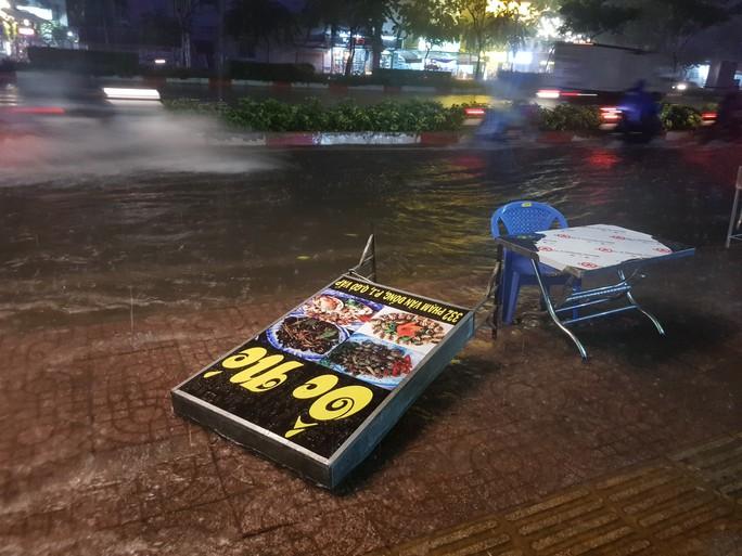 Mưa gần 2 giờ, nhiều tuyến đường ở TP HCM, Cần Thơ ngập sâu - Ảnh 4.
