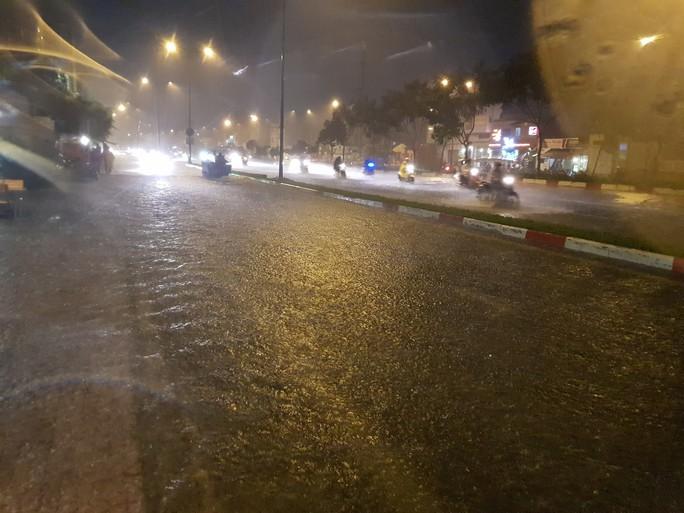 Mưa gần 2 giờ, nhiều tuyến đường ở TP HCM, Cần Thơ ngập sâu - Ảnh 1.