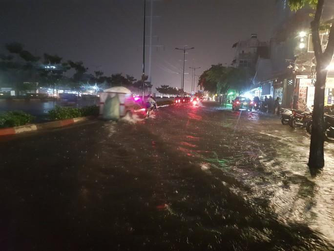 Mưa gần 2 giờ, nhiều tuyến đường ở TP HCM, Cần Thơ ngập sâu - Ảnh 2.
