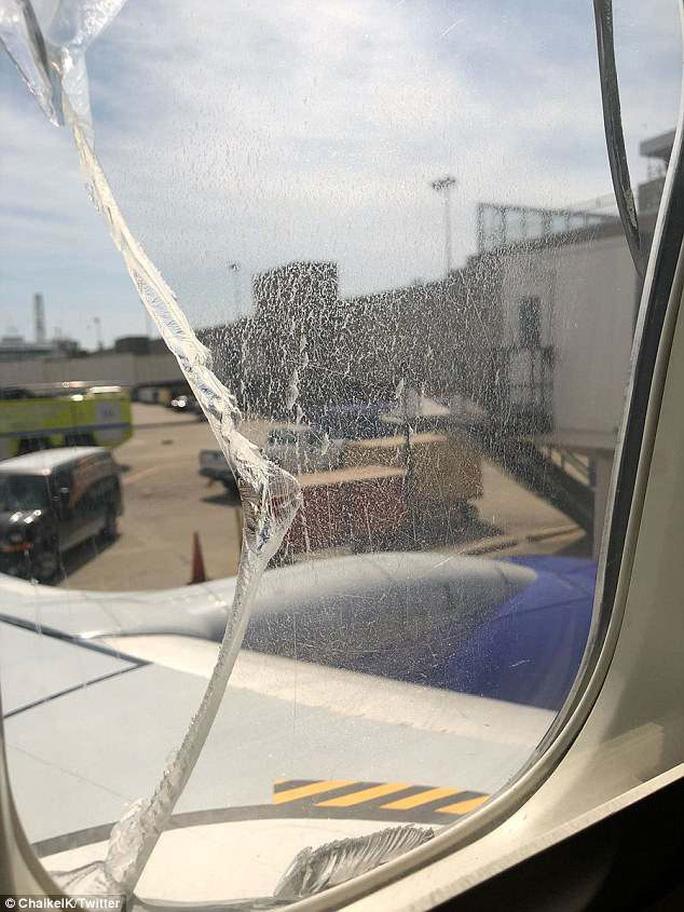Cửa sổ máy bay vỡ trên không trung - Ảnh 2.