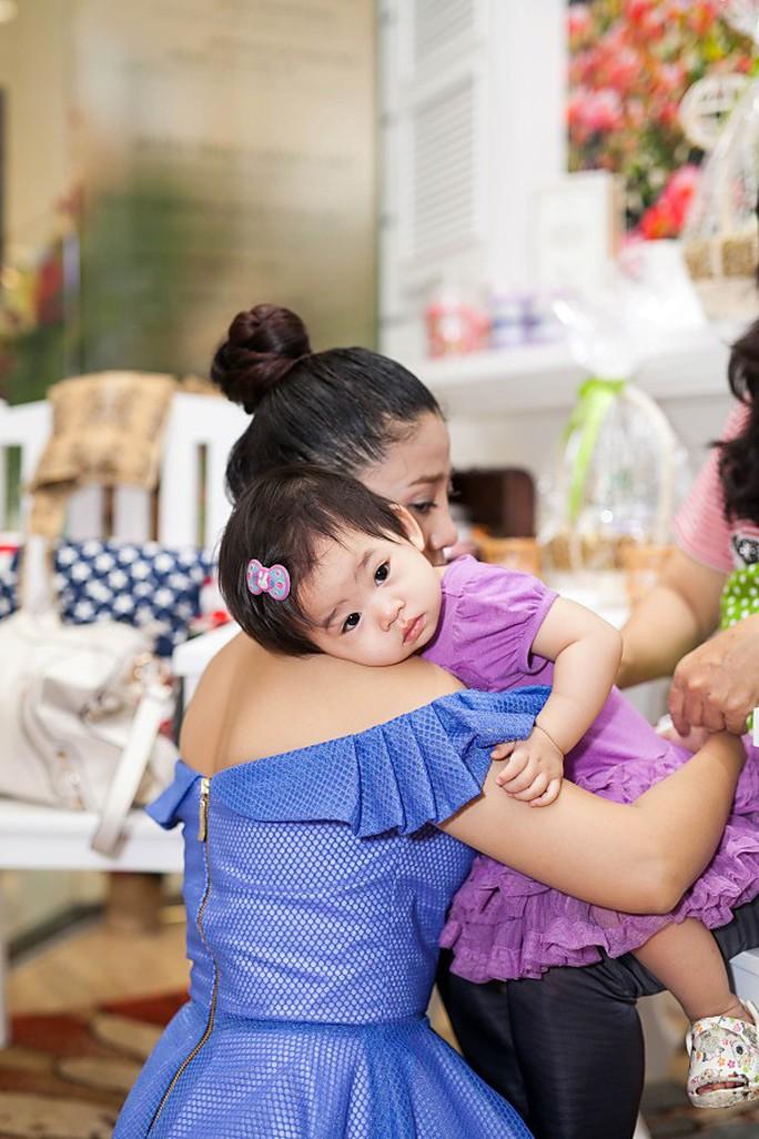 Góc khuất đẫm nước mắt của những bà mẹ đơn thân trong showbiz Việt - Ảnh 2.