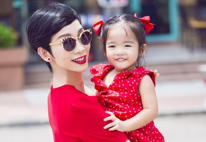 Góc khuất đẫm nước mắt của những bà mẹ đơn thân trong showbiz Việt - Ảnh 3.