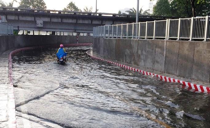 Hầm chui ở TP HCM ngập nặng sau mưa - Ảnh 1.