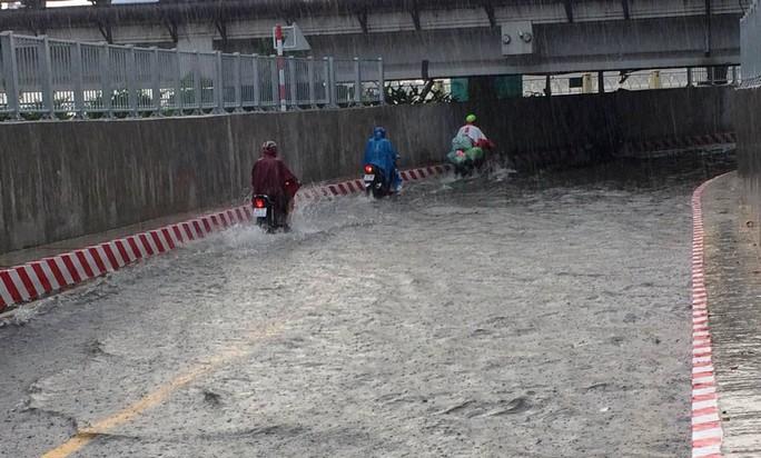 Hầm chui ở TP HCM ngập nặng sau mưa - Ảnh 3.