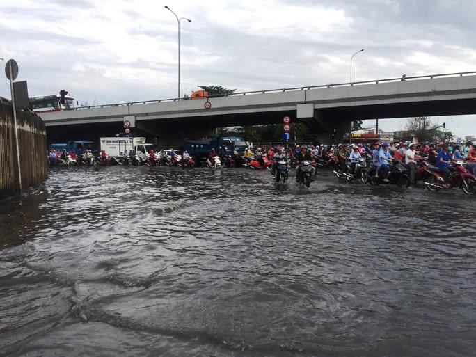 Hầm chui ở TP HCM ngập nặng sau mưa - Ảnh 4.