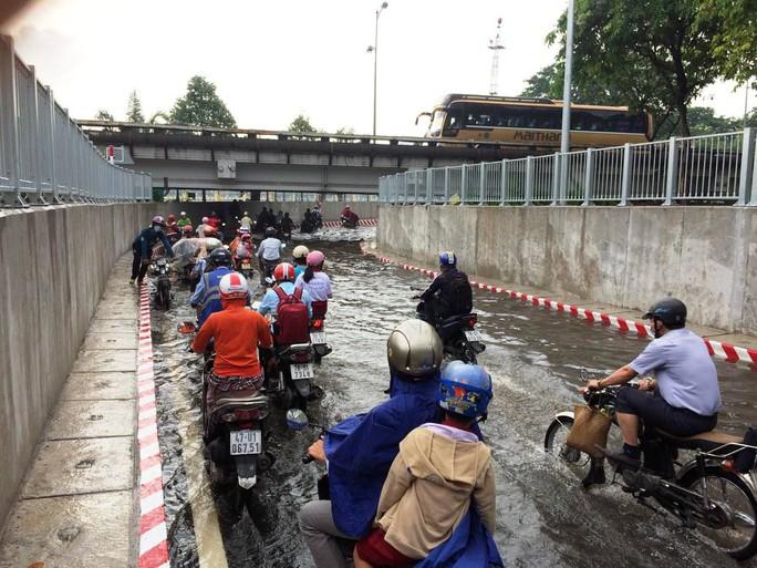 Hầm chui ở TP HCM ngập nặng sau mưa - Ảnh 2.