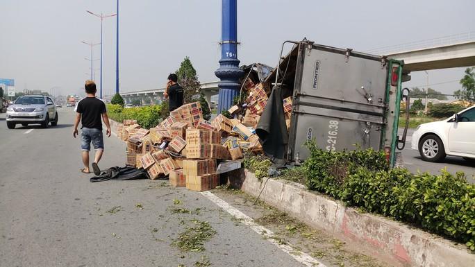 Xe tải làm xiếc trên xa lộ Hà Nội, người đi đường thót tim - Ảnh 2.