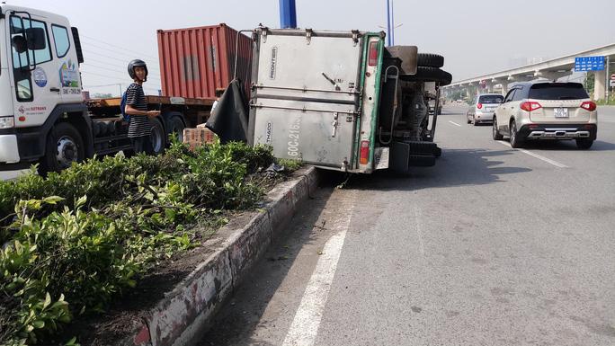 Xe tải làm xiếc trên xa lộ Hà Nội, người đi đường thót tim - Ảnh 1.