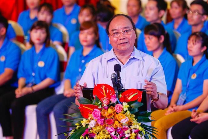 Thủ tướng Nguyễn Xuân Phúc lắng nghe những lời nói thật của công nhân  - Ảnh 1.