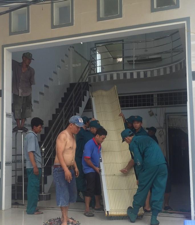 Lại sạt lở bờ sông Ô Môn, 5 căn nhà bị hà bá nuốt chửng - Ảnh 3.