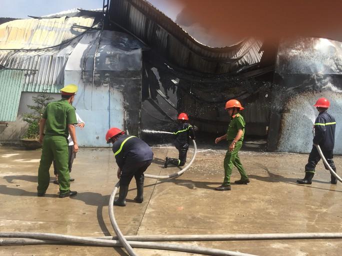 Hơn 400 cán bộ, chiến sĩ tham gia chữa cháy tại xưởng sản xuất nội thất - Ảnh 6.