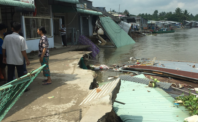 Lại sạt lở bờ sông Ô Môn, 5 căn nhà bị hà bá nuốt chửng - Ảnh 1.