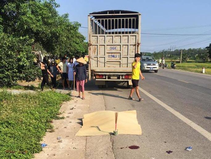 Xe tải chạy lấn làn tông thai phụ sắp sinh và chồng tử vong - Ảnh 1.