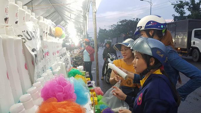 Công nhân mua sắm thoả thích tại phiên chợ hàng Việt - Ảnh 1.