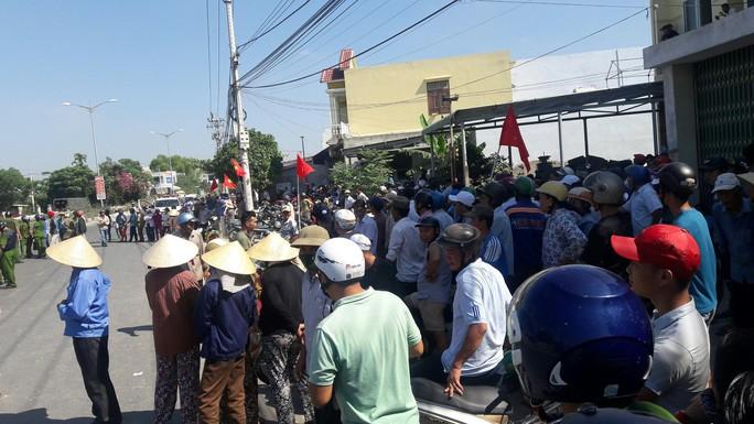 Hàng trăm người tập trung xem cưỡng chế thi công tuyến đường ĐT 607 - Ảnh 1.