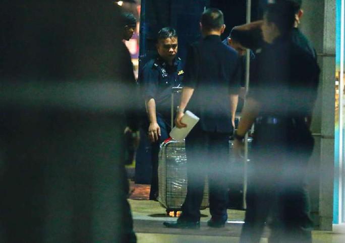 Vụ ông Najib: Cảnh sát Malaysia mỏi tay đếm tiền tịch thu được  - Ảnh 1.