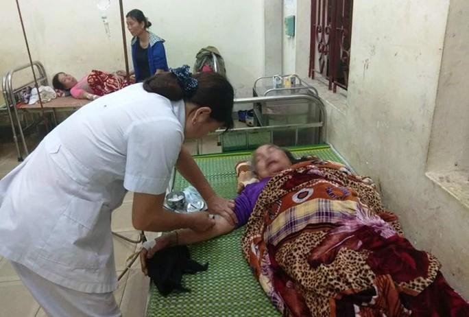Ngồi trong nhà, 4 người bất ngờ bị sét đánh nhập viện - Ảnh 1.