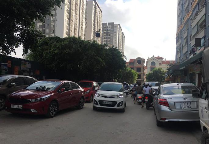 Giải tỏa bãi đỗ xe trái phép, người dân lo lắng - Ảnh 1.