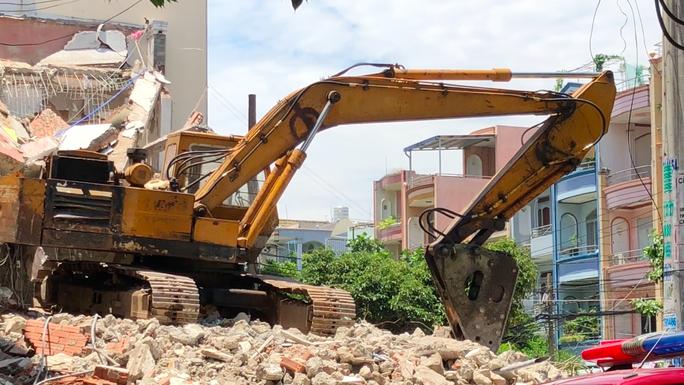 Căn nhà nhiều tầng ở Sài Gòn đổ sập đè chết người - Ảnh 3.
