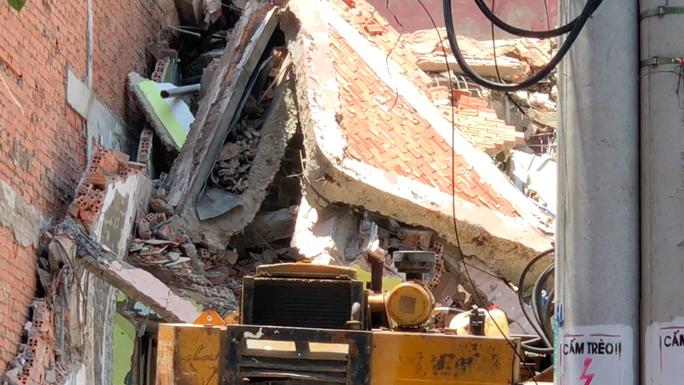 Căn nhà nhiều tầng ở Sài Gòn đổ sập đè chết người - Ảnh 4.