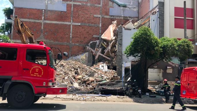 Căn nhà nhiều tầng ở Sài Gòn đổ sập đè chết người - Ảnh 2.
